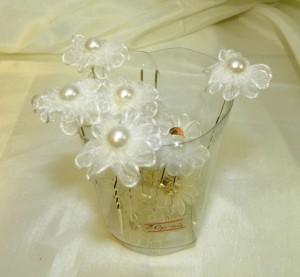 Шпильки с белыми фатиновыми цветами