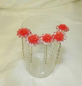 Шпильки с красными цветочками