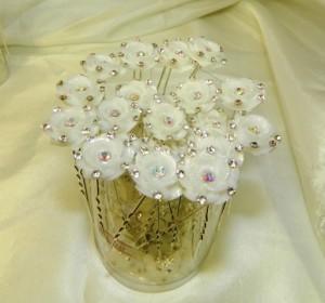 Шпильки с цветочками в стразах
