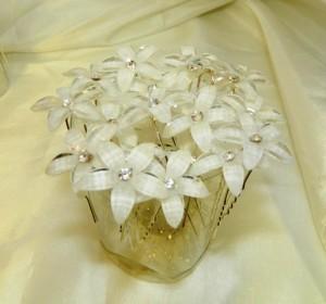 Шпильки с белыми цветочками