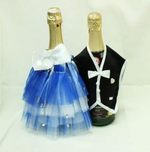 Украшение на свадебное шампанское синие костюмы