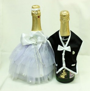 Украшение на свадебное шампанское костюмы жених и невеста
