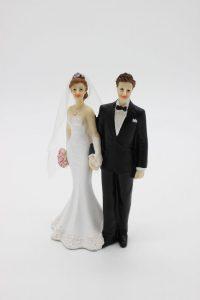 Фигурка на свадебный торт жених и невеста держатся за руку