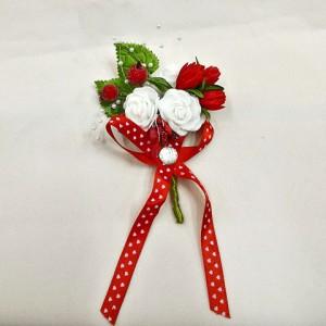 Бутоньерка для жениха и свидетеля красная с белыми цветами