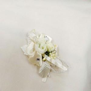 Бутоньерка айвори с белым для жениха и друзей