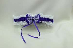 Подвязка невесты белая с фиолетовым