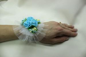 Браслет на руку подружки невесты голубой фото