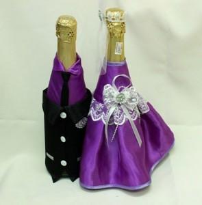 Украшение на свадебное шампанское сиреневое и черное костюмы
