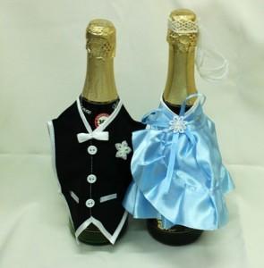 Украшение на свадебное шампанское голубое и черное костюмы