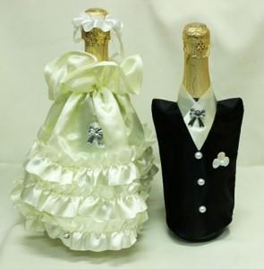 Украшение на свадебное шампанское айвори и черное костюмы