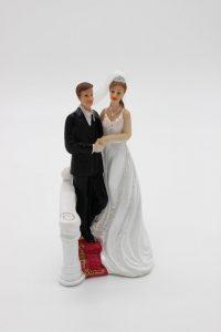Фигурка на свадебный торт жених и невеста на подиуме