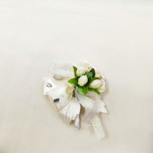 Бутоньерка айвори с зеленым для жениха на свадьбе
