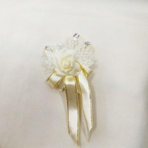 Бутоньерка айвори с белым для жениха на свадьбе. Свадебный салон
