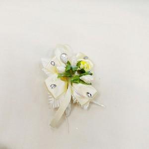 Бутоньерка для жениха айвори с зеленым